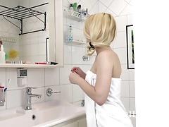 Elizabeth Johns masturbates in her bath tub