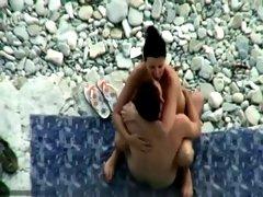 Jeune pair surpris en pleine baise a la plage. plage
